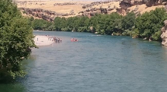 Diyarbakır'da İtfaiye ekipleri nehirde mahsur kalan aileyi kurtardı
