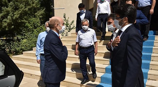 Dicle Üniversitesi Rektörü Prof.Dr. Mehmet Karakoç görevi devraldı