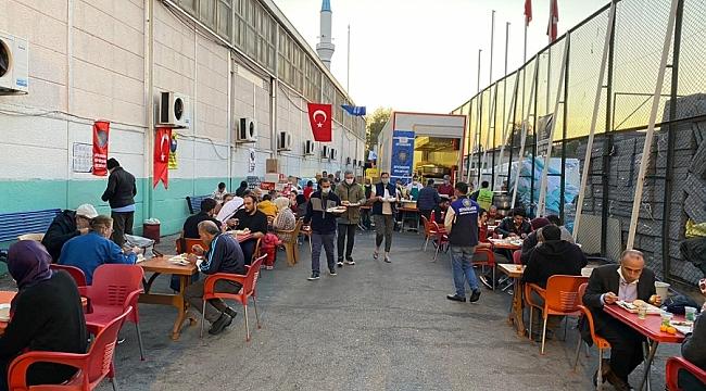Büyükşehir aşevi tırı İzmir'de hizmetini sürdürüyor