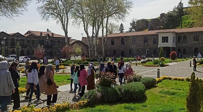 Kız öğrenciler, kutsal mekânları ve İçkale'yi gezdi